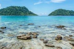 Rotsen in het duidelijke mooie overzees bij Lipe-Eiland in Thailand Royalty-vrije Stock Afbeeldingen