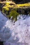 Rotsen in het ijs en zonsondergang in de bergen/oranje zonsondergang, wolken en bergen Royalty-vrije Stock Fotografie