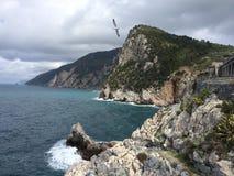 Rotsen in het Italiaans overzees Stock Foto