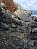 Rotsen in het Italiaans overzees Stock Afbeeldingen