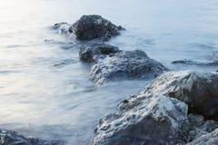 Rotsen in het overzees Stock Fotografie