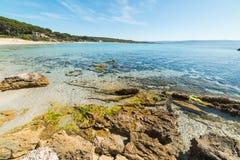 Rotsen in het strand van Le Bombarde stock afbeeldingen
