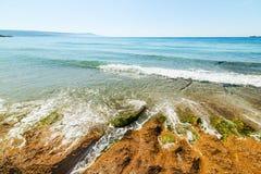Rotsen in het strand van Le Bombarde royalty-vrije stock foto