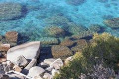 Rotsen in het Turkooise Meer stock afbeeldingen