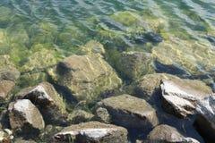 Rotsen in het water Royalty-vrije Stock Foto's