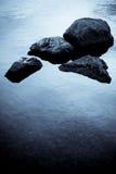 Rotsen in het water Royalty-vrije Stock Afbeeldingen