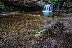 Rotsen langs de rivier Stock Foto's
