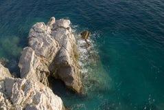 Rotsen langs zeekust Stock Foto's