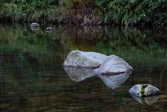 Rotsen in meer of rivier Royalty-vrije Stock Afbeelding