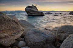 Rotsen in Meer Tahoe stock afbeeldingen