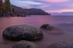 Rotsen in Meer Tahoe tijdens Zonsondergang stock foto