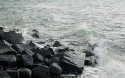 Rotsen met golven Royalty-vrije Stock Foto