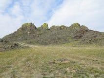 Rotsen met korstmos worden behandeld, in het Kasteel van Geesten, de plaats van macht van Olkhon-eiland dat royalty-vrije stock foto's