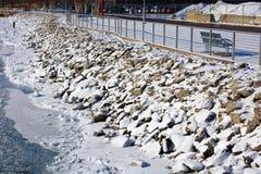Rotsen met sneeuw in koude rivier na de rivieroever van het de winteronweer in Detroit worden behandeld dat royalty-vrije stock afbeeldingen
