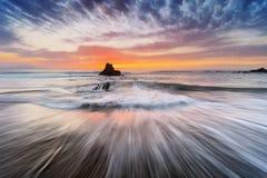 Rotsen met zijdeachtig water in Sopelana strand Stock Fotografie