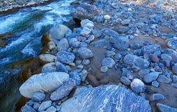 Rotsen naast de rivier Royalty-vrije Stock Fotografie