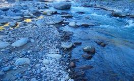 Rotsen naast de rivier Stock Foto's