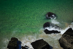 Rotsen in oceaan Stock Afbeeldingen
