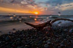 Rotsen op de kust door de kustgolven wordt gewassen die Royalty-vrije Stock Fotografie