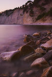 Rotsen op de kust door de kustonduidelijk beeldgolven wordt gewassen zoals mist die Royalty-vrije Stock Foto's