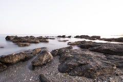 Rotsen op de kust, lange blootstelling stock foto's