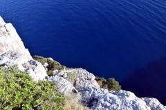 Rotsen op de kust op het eiland Stock Foto