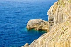 Rotsen op de kust van Middellandse Zee stock foto