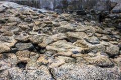 Rotsen op de kust voor achtergrond Royalty-vrije Stock Afbeeldingen