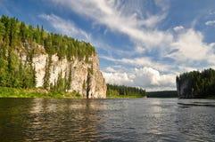 Rotsen op de rivier Schugor in de Republiek van de Komi-Republiek Royalty-vrije Stock Fotografie