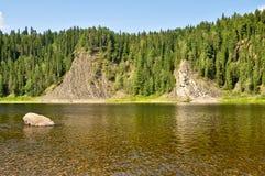 Rotsen op de rivier Schugor in de Republiek van de Komi-Republiek Royalty-vrije Stock Foto