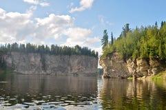 Rotsen op de rivier Schugor in de Republiek van de Komi-Republiek Stock Afbeelding