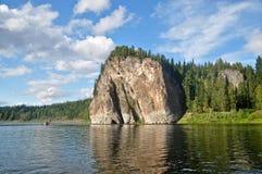 Rotsen op de rivier Schugor in de Republiek van de Komi-Republiek Royalty-vrije Stock Afbeelding
