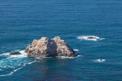 Rotsen op de Toneelkust van Californië Stock Afbeeldingen