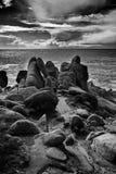 Rotsen op de vreedzame oceaan Stock Fotografie