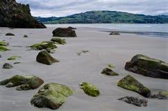 Rotsen op een strand Royalty-vrije Stock Afbeeldingen