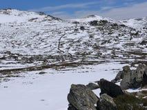Rotsen op een vlakte in de Sneeuwbergen Royalty-vrije Stock Foto's