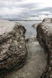 Rotsen op het meer Stock Foto's