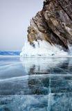 Rotsen op het meer van de winterbaikal Stock Foto's