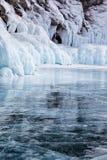 Rotsen op het meer van de winterbaikal Stock Foto