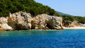 Rotsen op het Middellandse-Zeegebied Stock Afbeeldingen