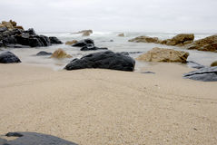 Rotsen op het strand Stock Fotografie