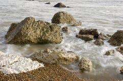 Rotsen op het strand stock afbeeldingen