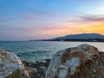 Rotsen op het strand in Spanje royalty-vrije stock afbeeldingen