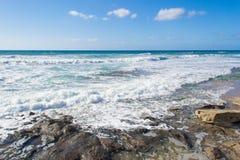 Rotsen op het zand in Castelsardo-oever royalty-vrije stock fotografie