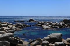 Rotsen op kust Royalty-vrije Stock Foto's