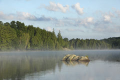 Rotsen op Misty Lake Royalty-vrije Stock Afbeelding