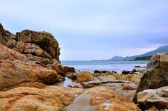 Rotsen op strand door overzees Royalty-vrije Stock Afbeelding