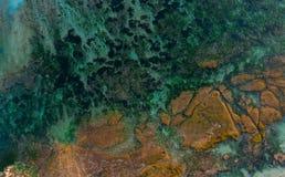 Rotsen op turkooise waterachtergrond stock foto's