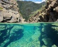Rotsen over en onderwater gespleten mening in de rivier stock afbeelding