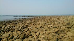Rotsen in strand royalty-vrije stock foto